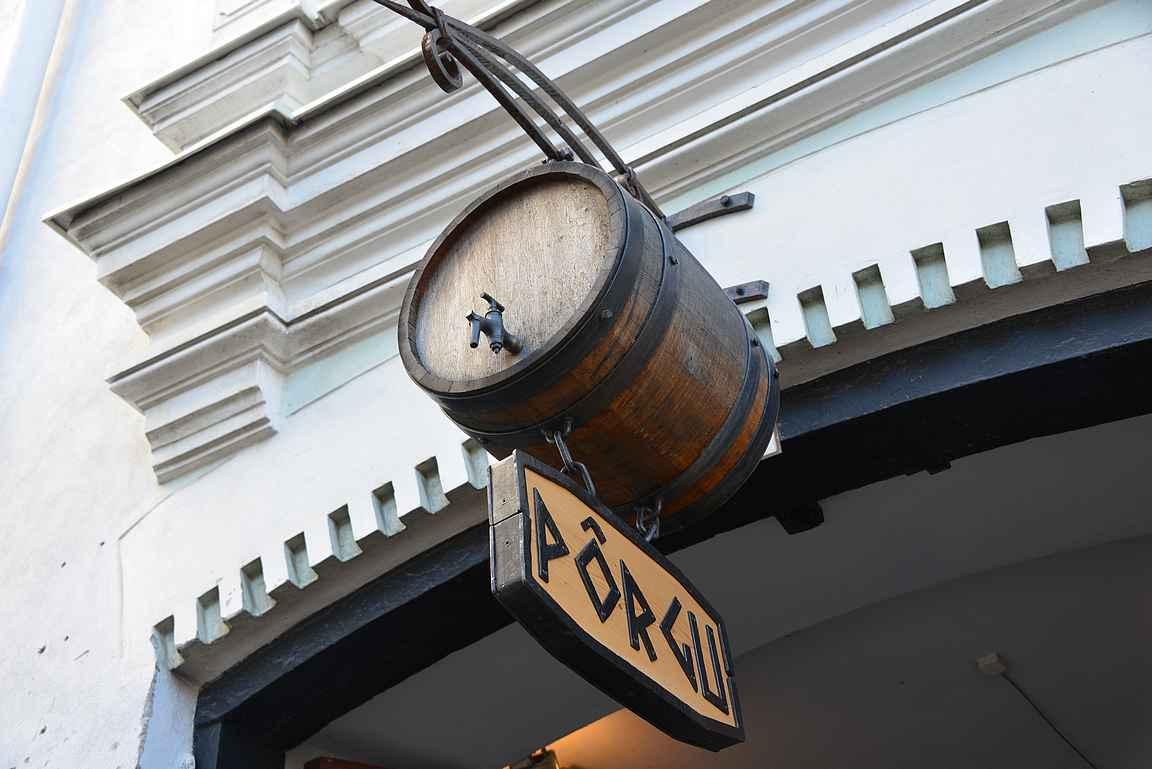 Olutravintola Põrgu on tunnettu tynnyrioluistaan ja se näkyy myös logossa.
