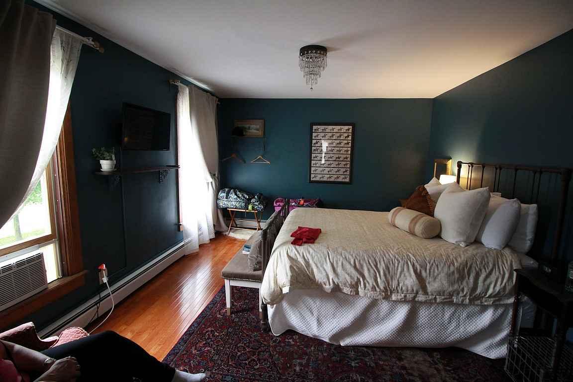 Burdett House Inn - viihtyisä huone perusmukavuuksilla.