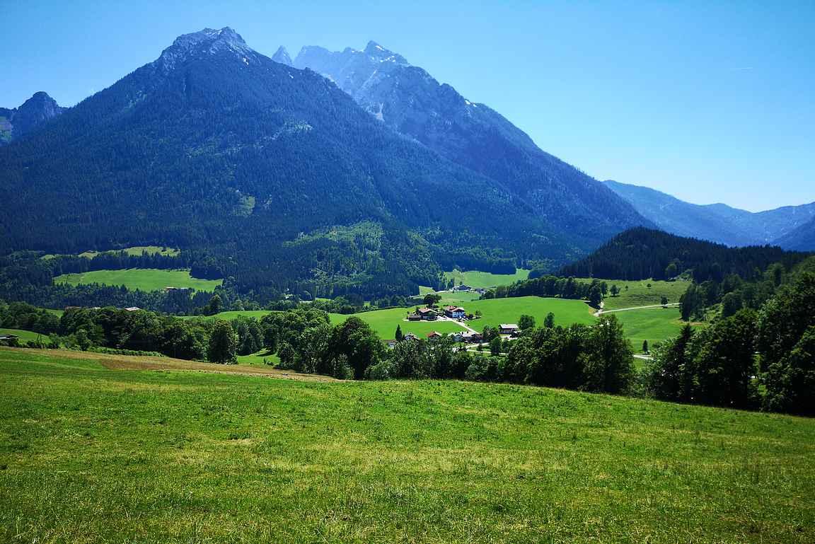 Saksan Alppitiellä saa nauttia kauniista vuoristomaisemista.