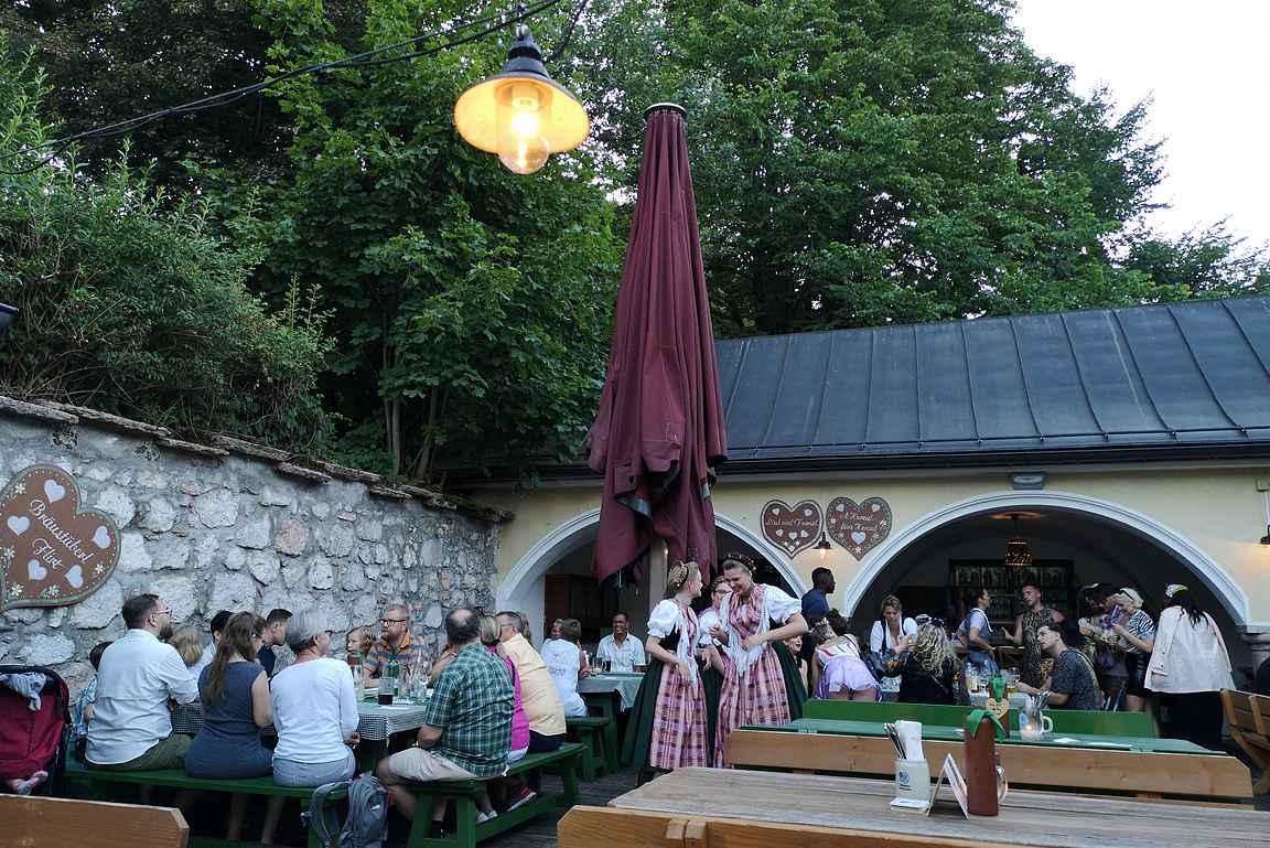 Kesällä paras paikka nauttia olutta on perinteinen olutpuutarha.