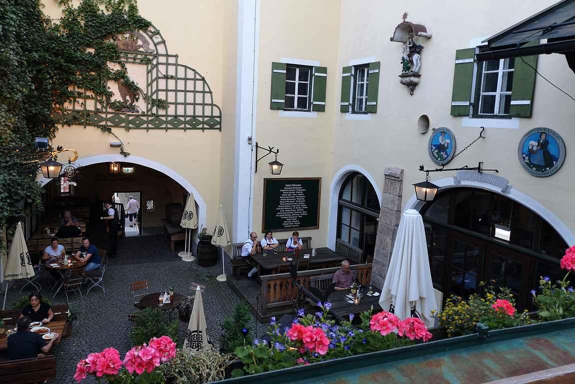 Vuosisatoja vanha olutkulttuuri heijastuu rakennuksen jokaisessa yksityiskohdassa.