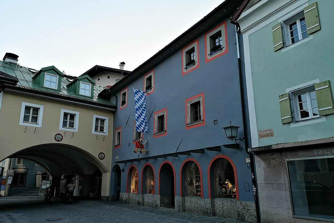 Iltaisin Berchtesgadenin vanhankaupungin kadut ovat hiljaisia.