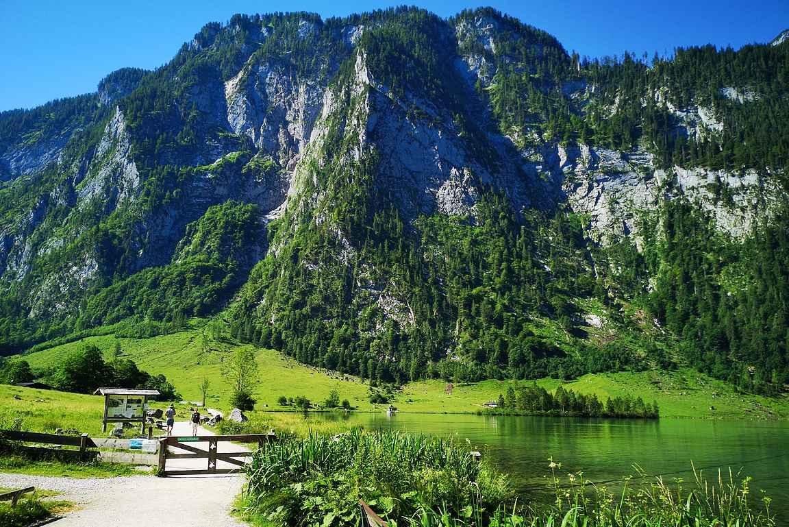 Saletin päätesatamasta lähdetään patikoimaan näissä maisemissa Obersee-järvelle.