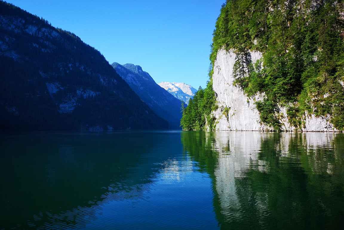Aamun ensimmäisillä lähdöillä on Köningssee-järvi vielä rauhallinen.