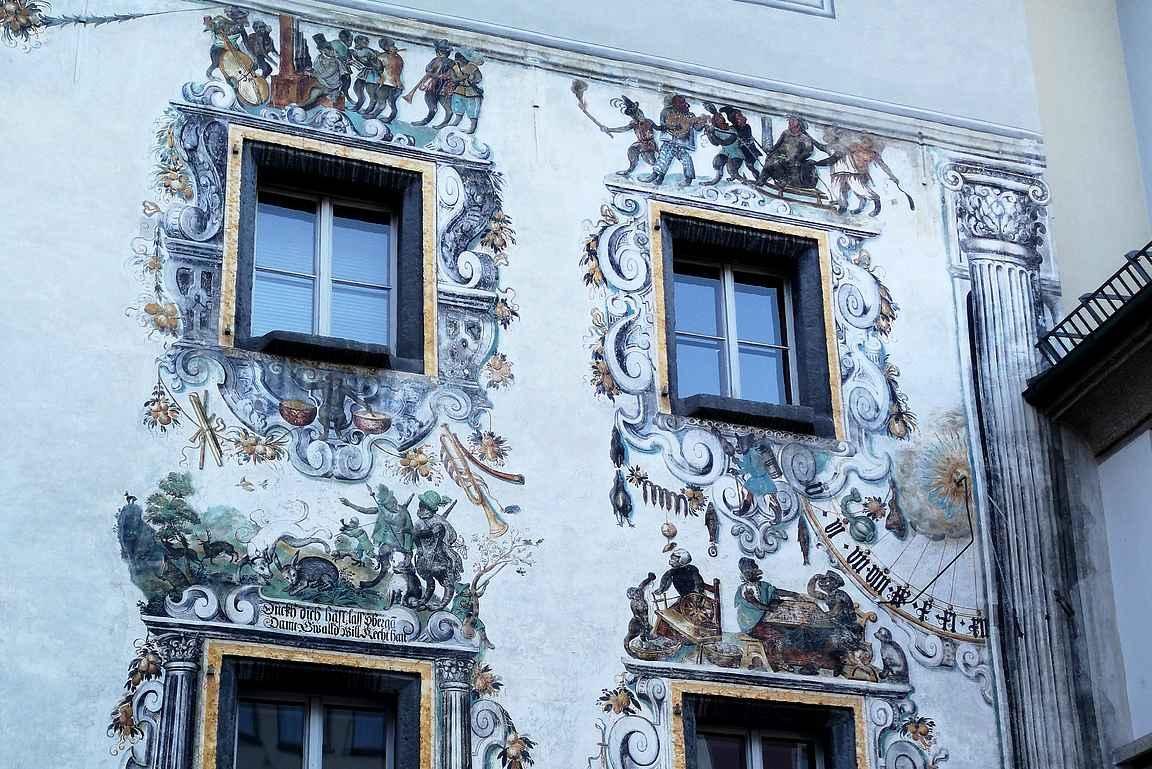 Rakennuksissa on mielenkiintoisia arkkitehtuurillisia yksityiskohtia ja maalauksia.