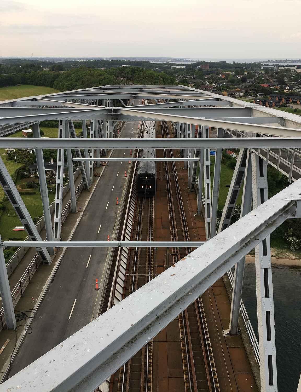 Sillan toisessa päässä noustiin ylös auto- ja rautateiden päälle.