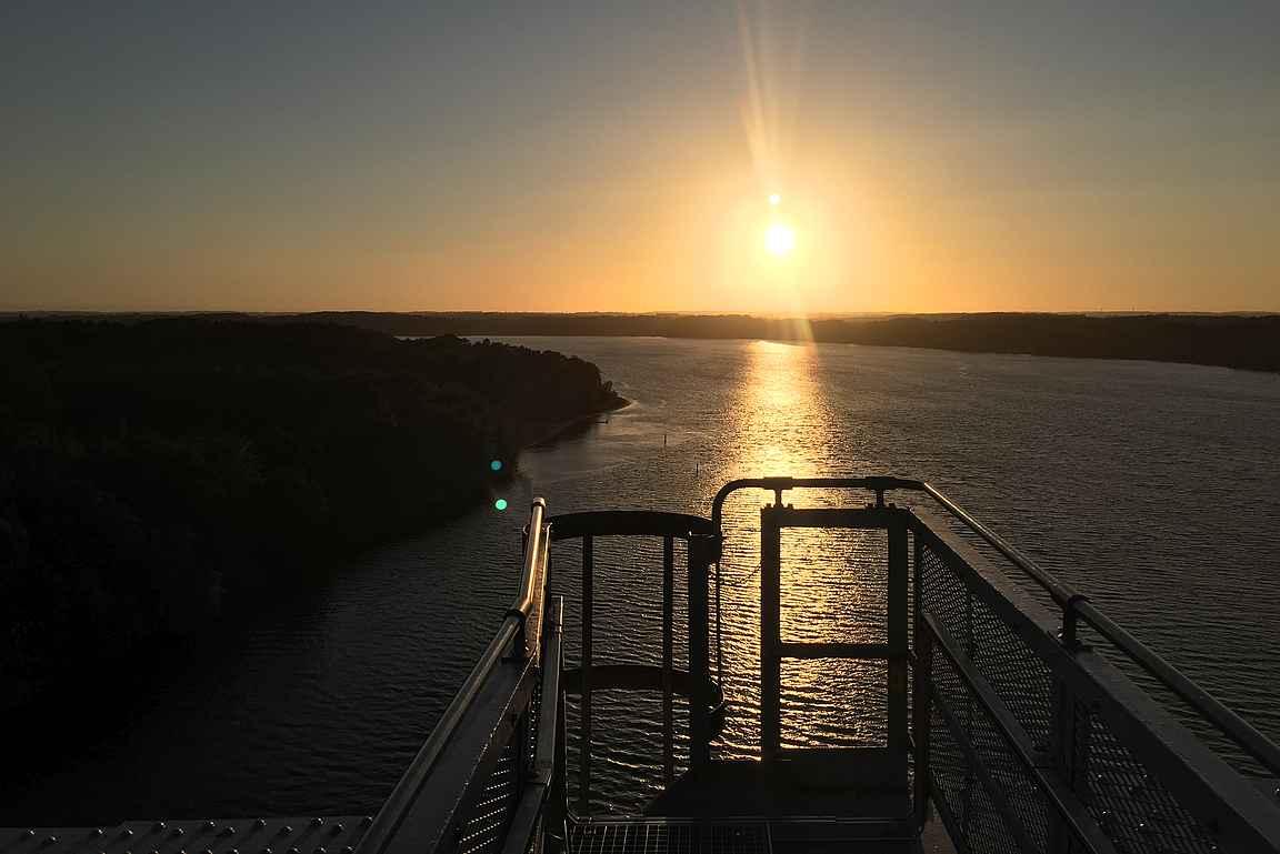 Auringonlasku terässillan päällä - kuulostaa houkuttelevalta idealta.