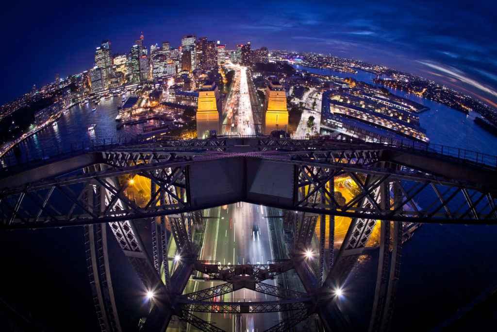 Kyllä - olisin valmis maksamaan Sydneyn sillan iltakävelystä. copyright Bridge Climb Sydney