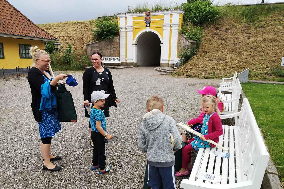 Frederician linnoitukseen tutustuminen aloitettiin prinssin portilta (Prince's Gate), joka on kartan ensimmäinen kohde. Samalla suoritettiin varustejako, joka oli varsinkin poikien mieleen.