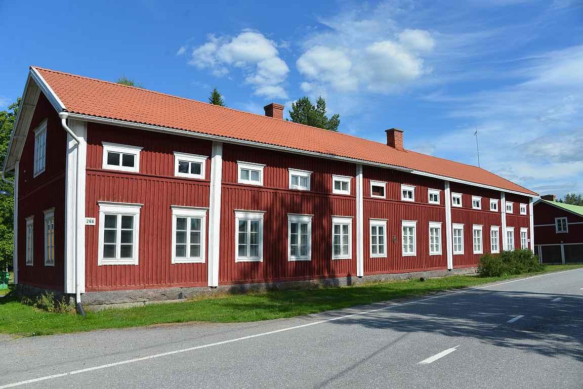 Pitkä-Perttilän talo on komea näky Isokyrön rantaraitilla.