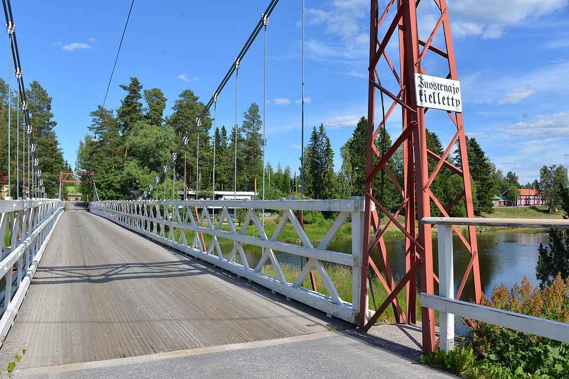 Suomen vanhin liikenteen käytössä oleva riippusilta ylittää Reinilänkosken. Taustalla näkyy Perttiläntiellä oleva Pitkä-Perttilän talo.