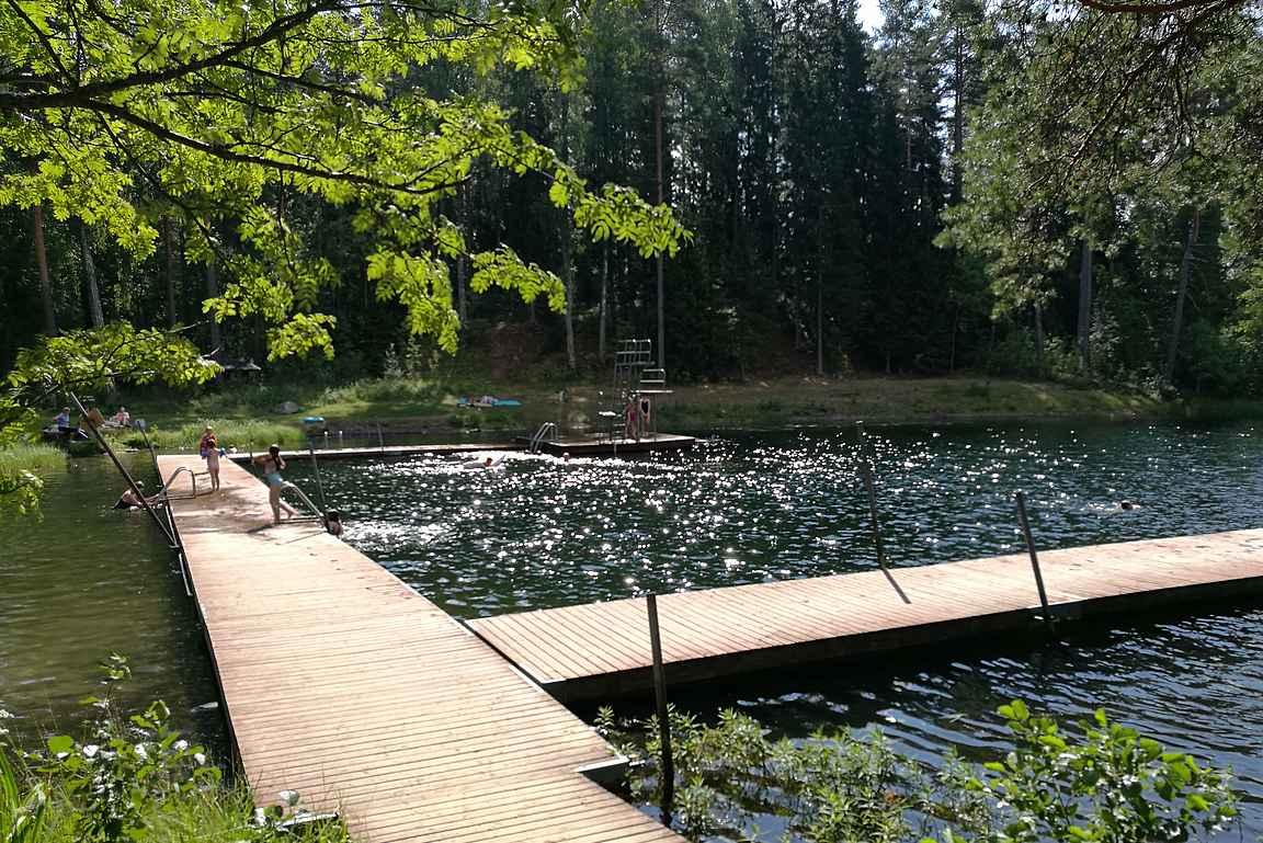 Saaren kansanpuisto on lämpimien kesäpäivien ykköskohde.