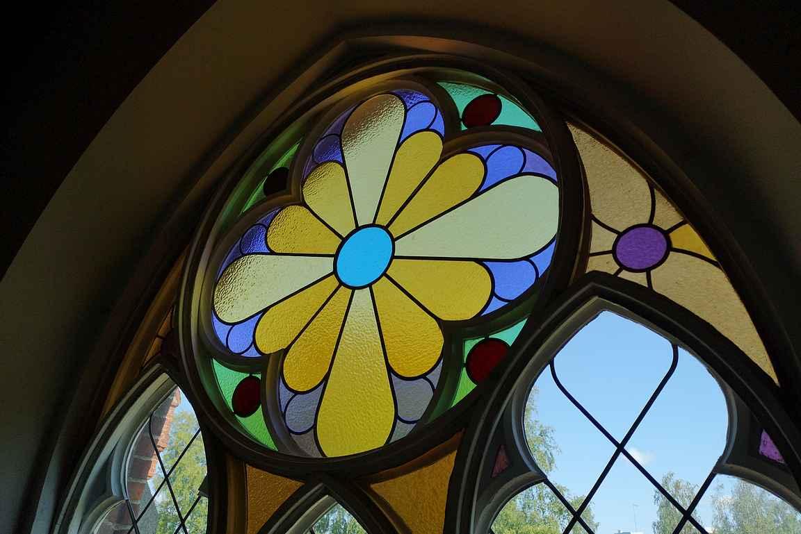 Forssan kirkon upeat ruusuikkunat näkyvät parhaiten kirkon sisältä.