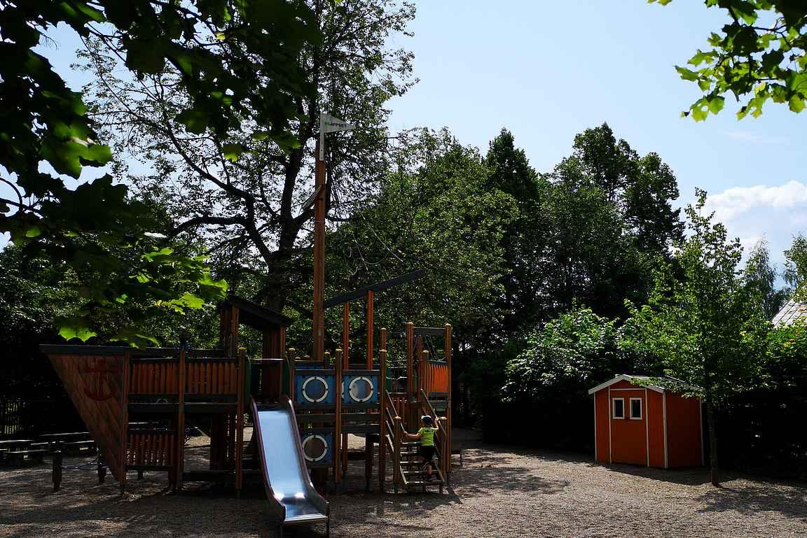 Yhtiönpuistosta Elämänpolulta voi poiketa tähän kehräämöalueen lähileikkipuistoon.