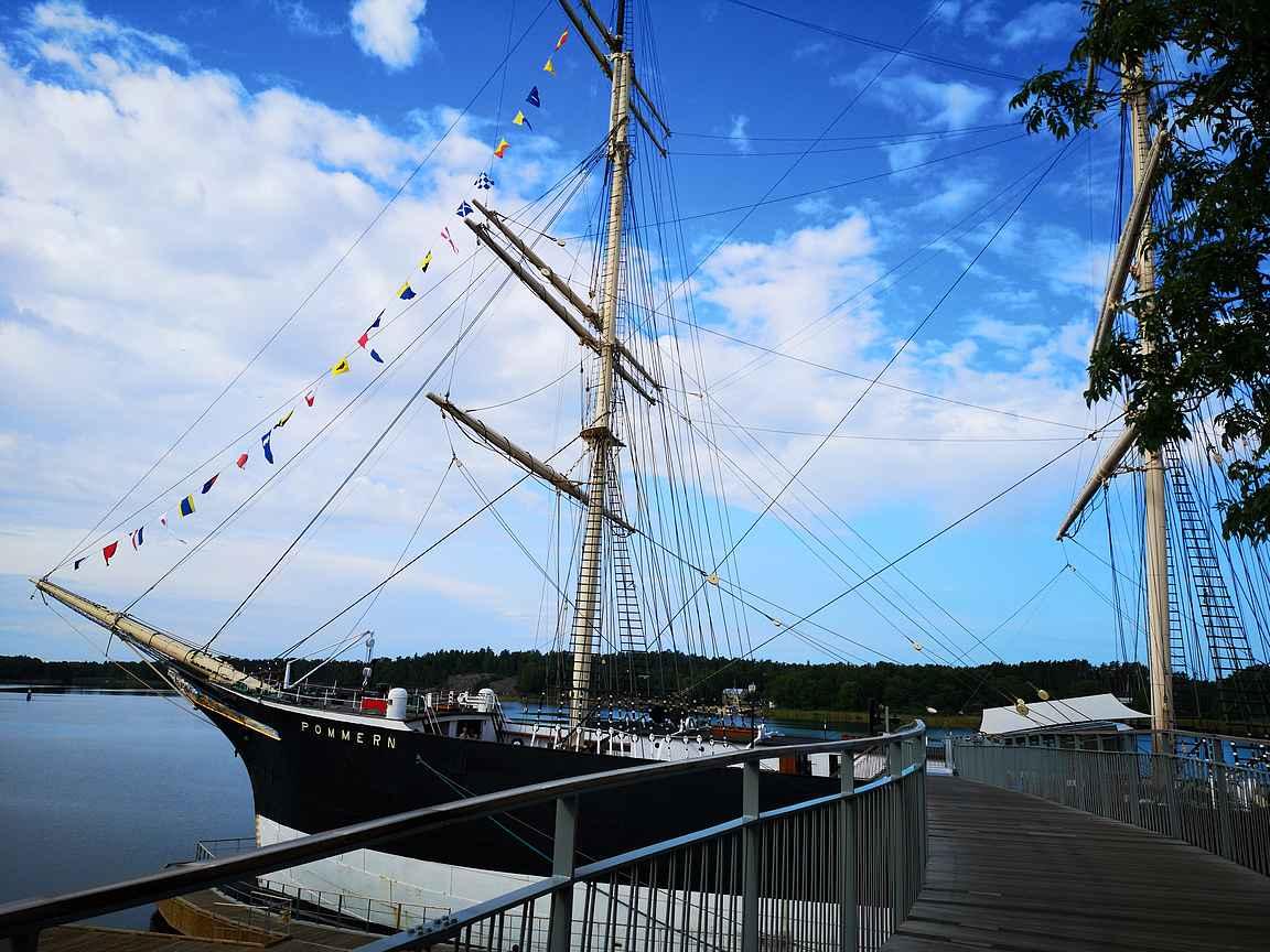 Pommernin vierailu alkaa kävelemällä kannelle puusiltaa pitkin.