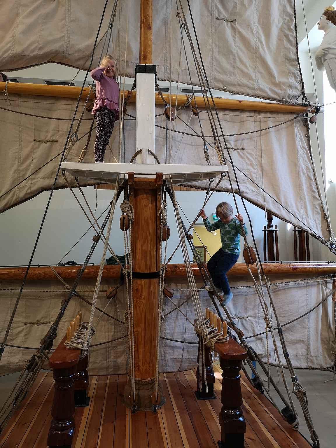Museon näyttelytilan purjelaivan mastoon saa kiivetä.