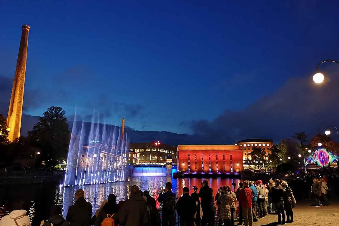 Dancing Fountain esitys on saanut ihmiset liikenteeseen.