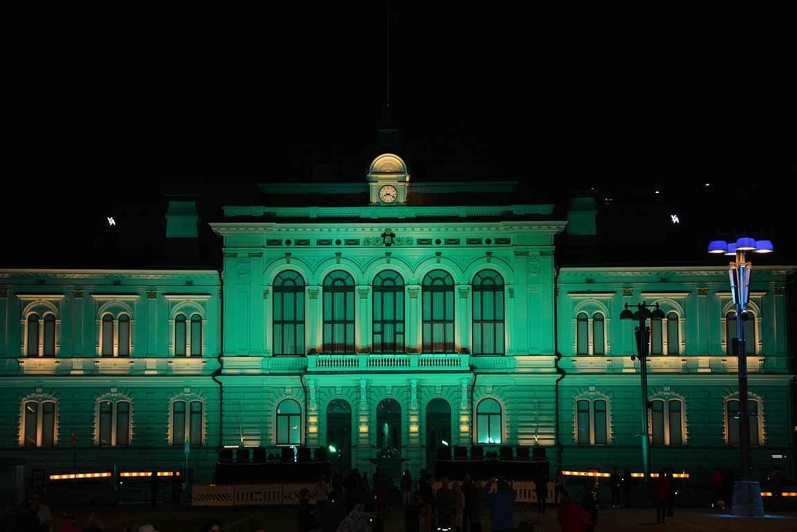 Raatihuone vaihtaa väriään Tampere 240 valotaidetapahtuman kunniaksi.