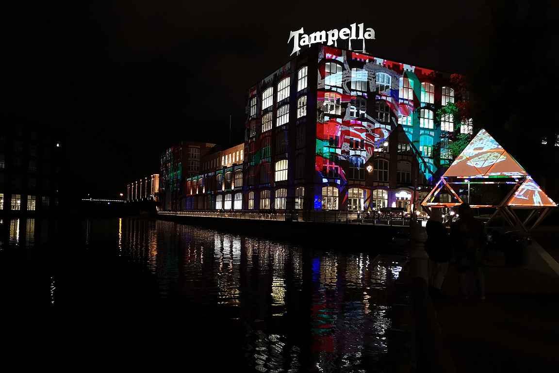 Headline -teos on yksi Tampere 240 valotaidetapahtuman kohokohdista.