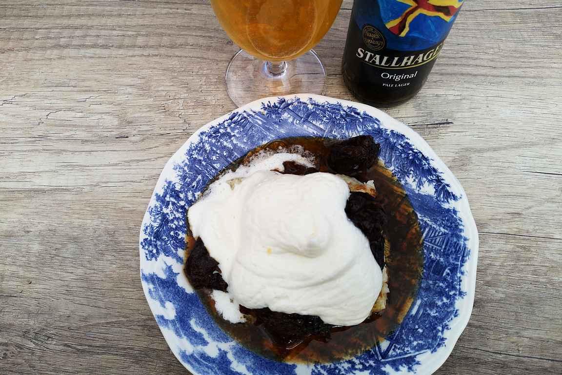 Ahvenanmaan pannukakku paikallisen Stallhagenin lagerin kanssa.
