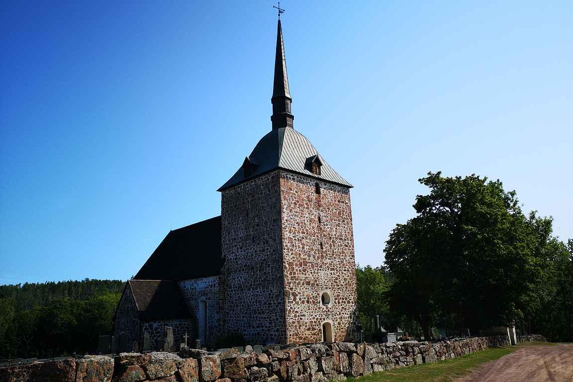 Sundin keskiaikainen kivikirkko on muodoltaan lähempänä linnaa kuin kirkkoa.