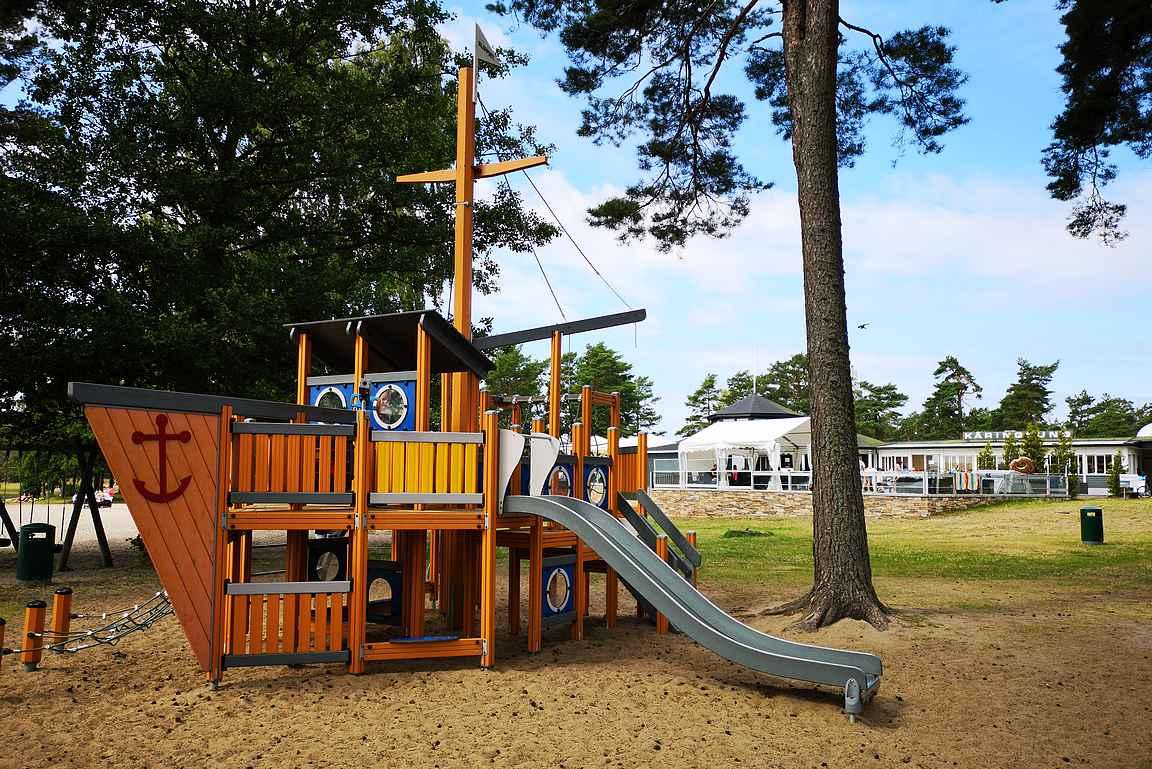 Käringsundin leirintäalueen leikkipuisto.