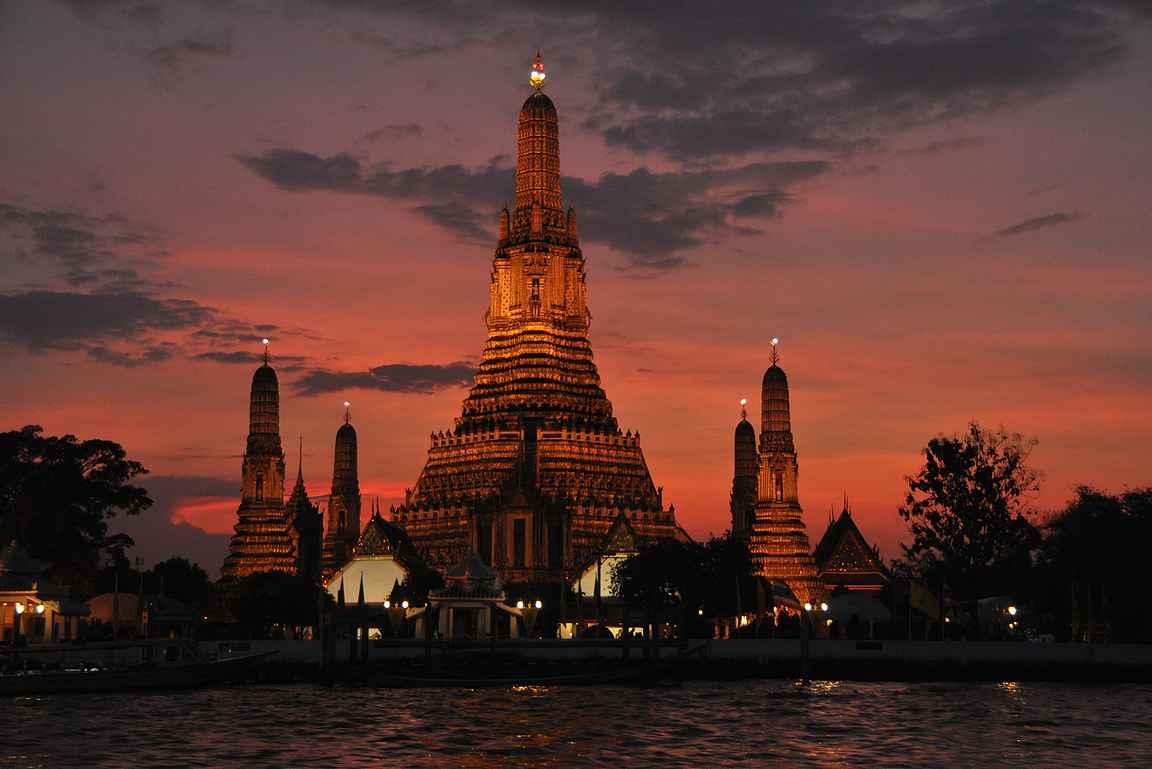 Wat Arun eli aamunkoiton temppeli ilta-auringossa Chao Phraya -joen rannalla.