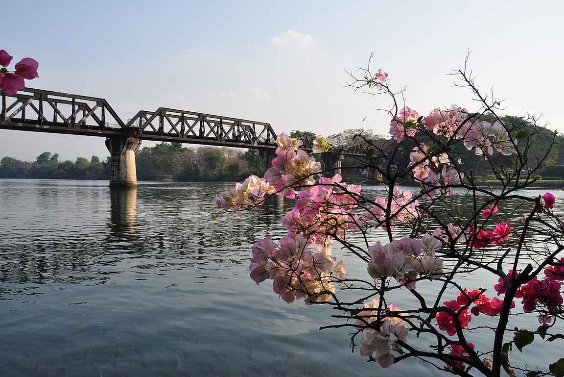 Kwai-joen silta kauneudessaan, aikoinaan sodan kauheudessaan.