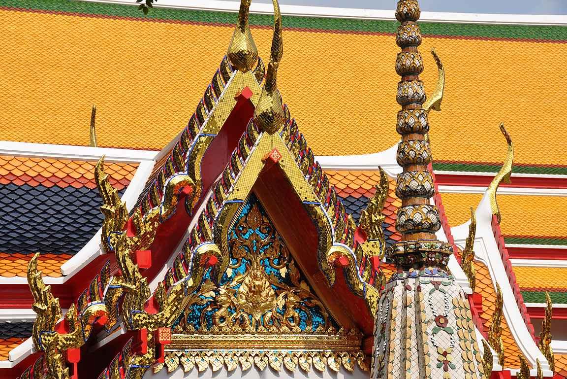 Kullan kimmallus ja koristeiden värikkyys tuikkii Bangkokin aurinkoisen taivaan alla.