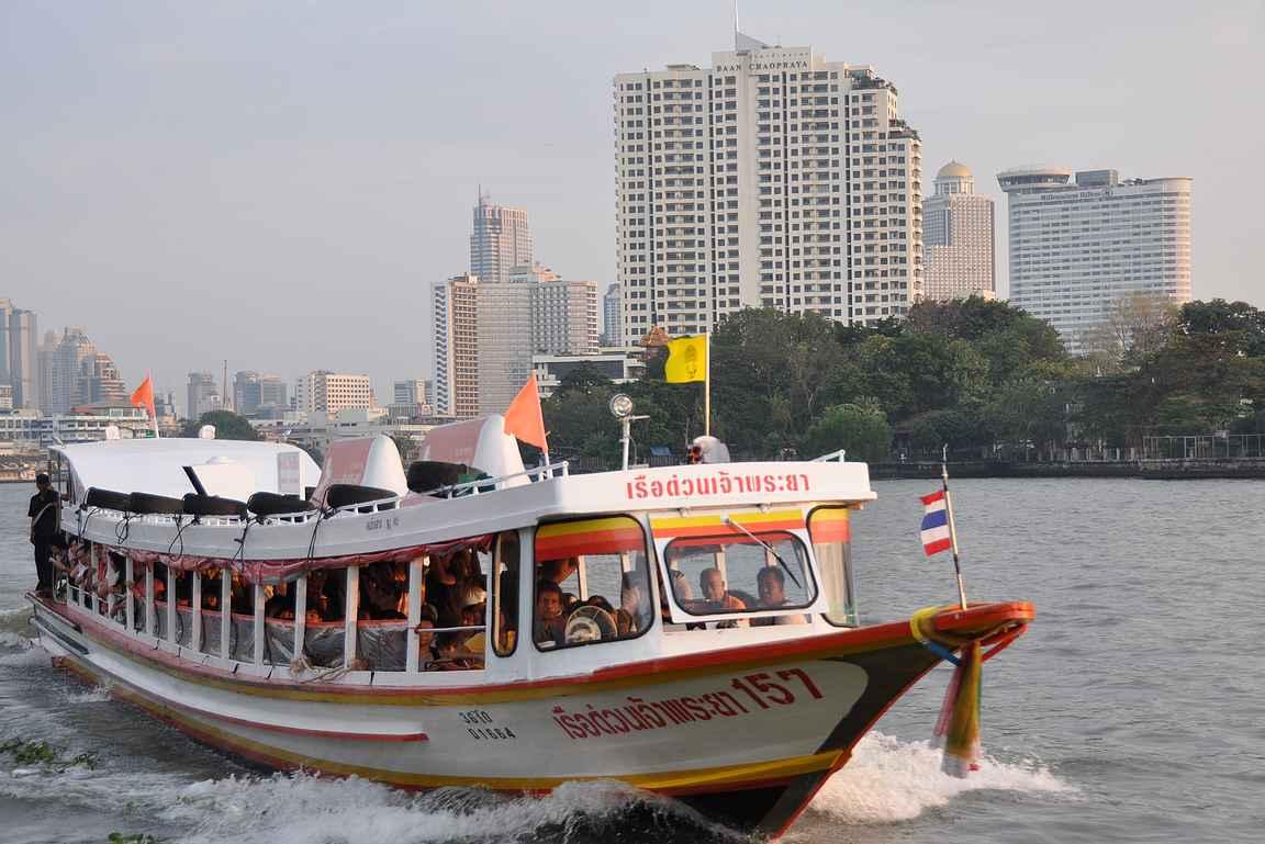 Chao Phraya -joki toimii niin huviajeluun kuin liikkumiseen paikasta toiseen.