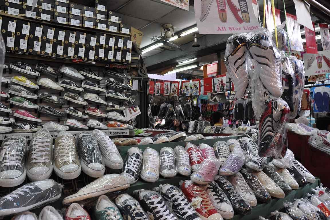 Chatuchakin viikonloppumarkkinat on täynnä merkkikuteiden kopioita niin kuin tässä Converseja.