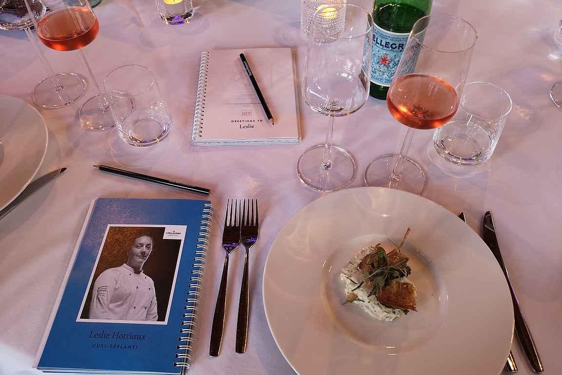 Food & Art Chef's Table illallisella ohjelma- ja muistiinpanovihko on isossa osassa.