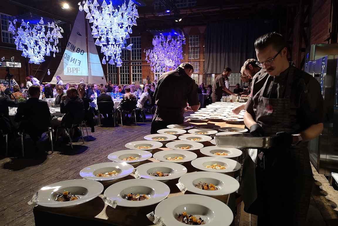 Ismo Sipeläinen valmistaa korealaisen Tae Hwan Ryun suunnittelemaa jälkiruokaa Chef's Tablenin 150 vieraalle.