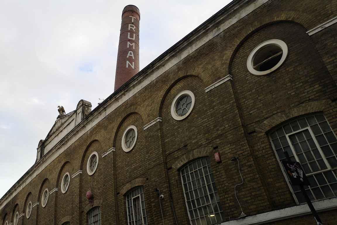 Aikoinaan maailman suurimman panimon Truman Breweryn rakennukset hallitsevat Brick Lanen katukuvaa.