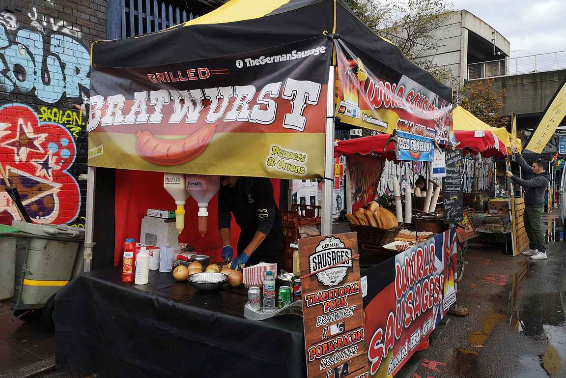 Brick Lane Sunday Market tuo ruokakojut kadun pohjoispäähän.
