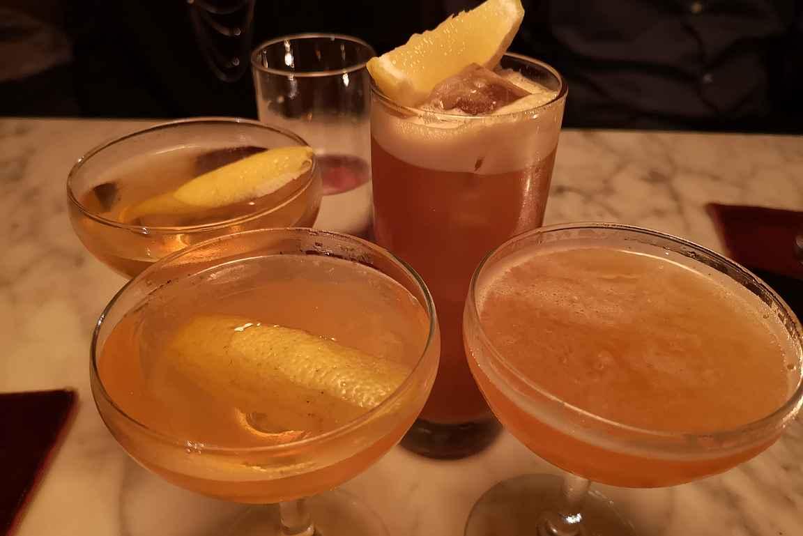 Cocktail-lista on varsin suppea, mutta sitäkin laadukkaampi. Listan kaikki drinkit maksoivat vain 9,50 puntaa, jota voi paikan tasoon nähden pitää edullisena.
