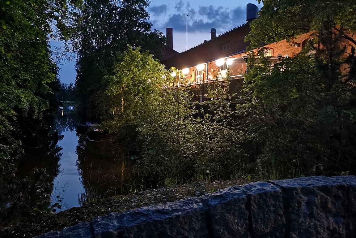 Ravintola Status sijaitsee upealla paikalla kehräämöalueella Loimijoen rannassa.