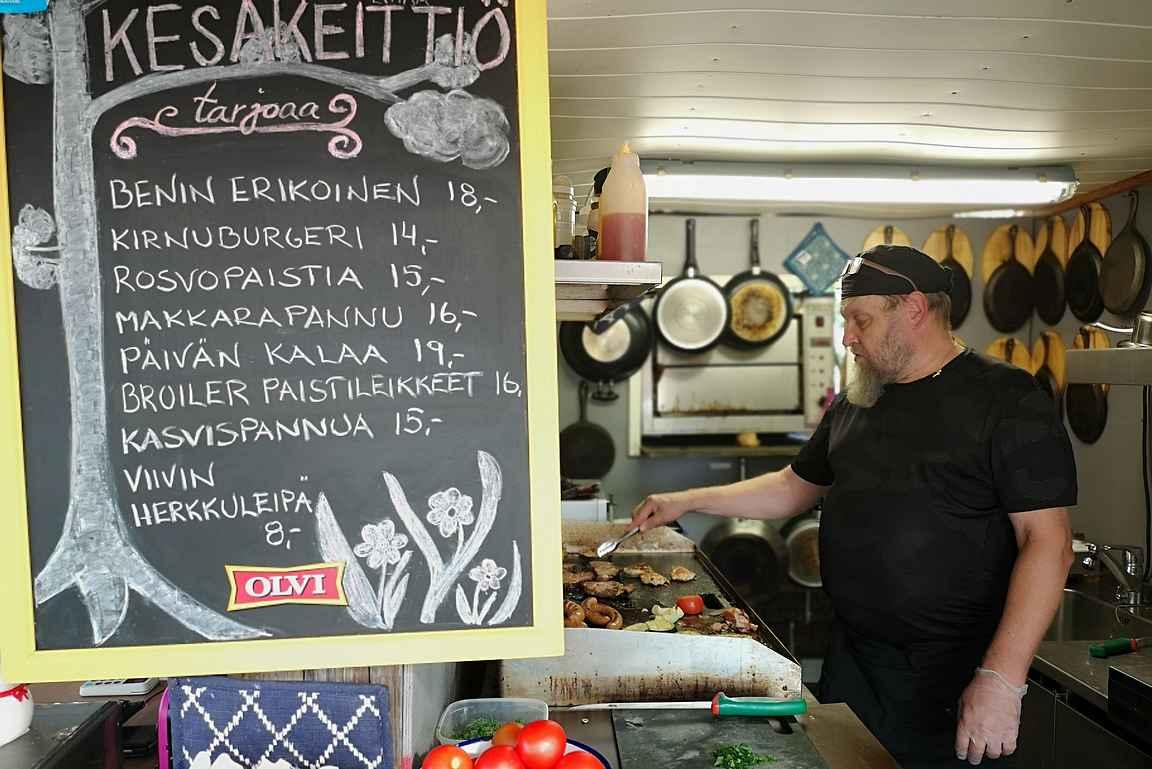 Kokki Jorma loihtii maukkaat lähiruoka-annokset.
