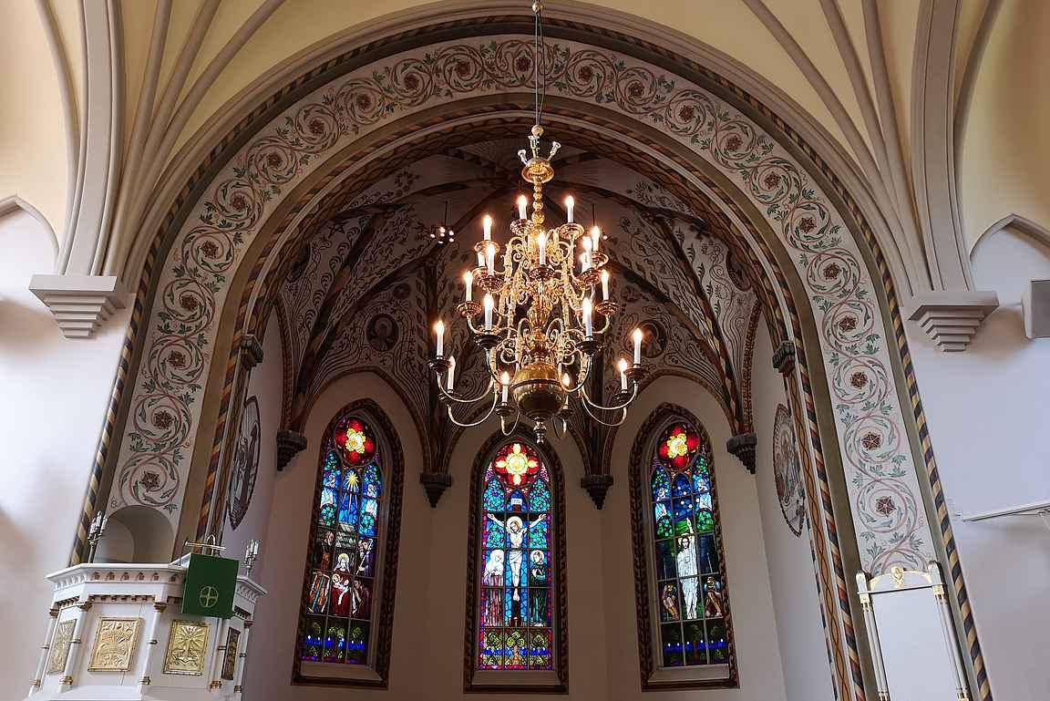 Forssan kirkon alttarin lasimaalaukset ovat poikkeuksellisen upeat.