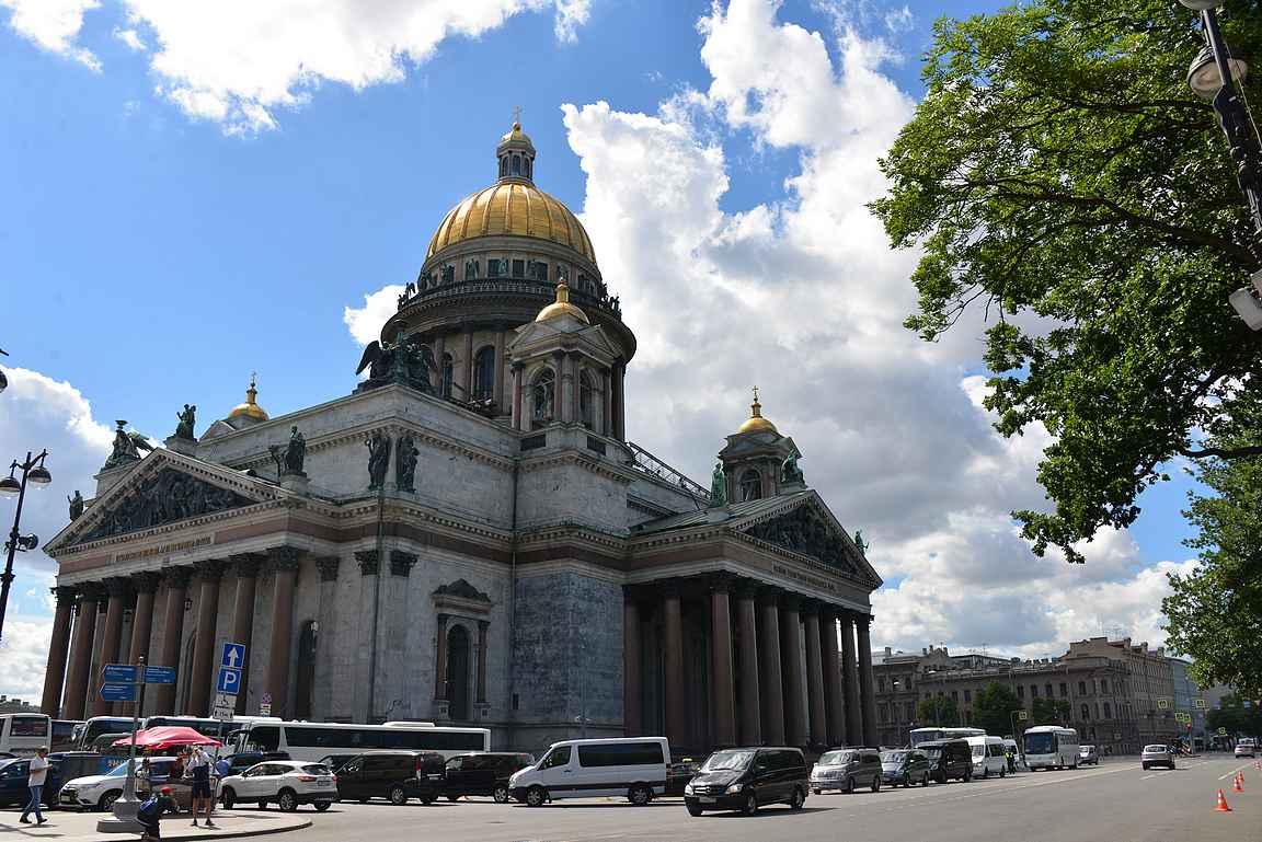Iisakinkirkko nousee sadan metrin korkeuteen Pietarin kattojen ylle.