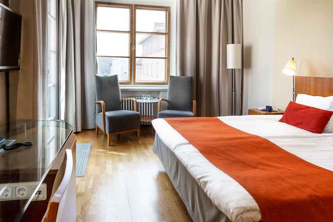 Scandic Plazan viihtyisät huoneet rentouttaa työreissuilla siinä missä Uuden Apteekin rohdot.