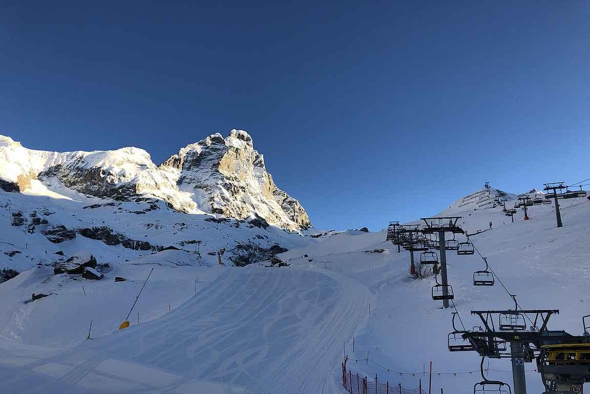 Aamuisin Matterhornin kainalosta noustaan ensimmäiset nousut tuolihisseillä ylemmäksi kohti jäätikköä.