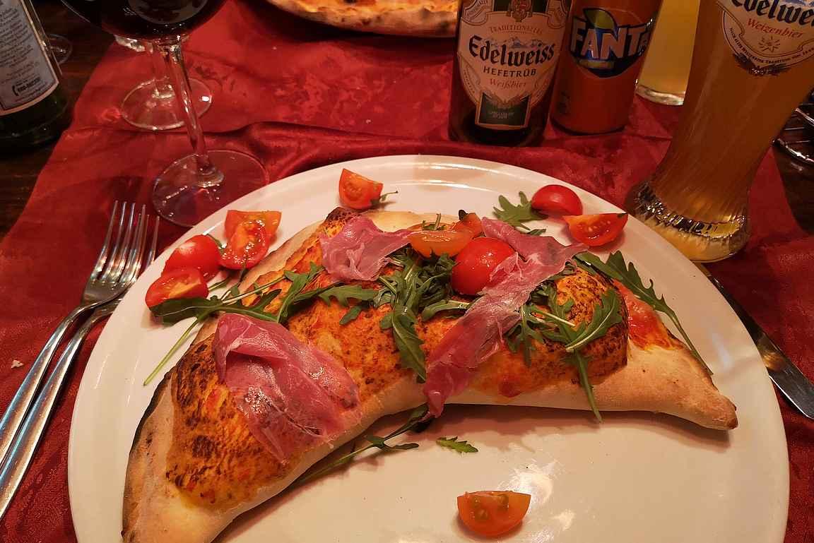 La Grotta tarjoilee erinomaisia pizzoja.
