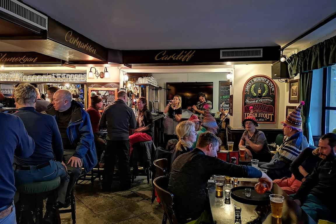 Chistles Pubissa on happy hourin aikana aina porukkaa.