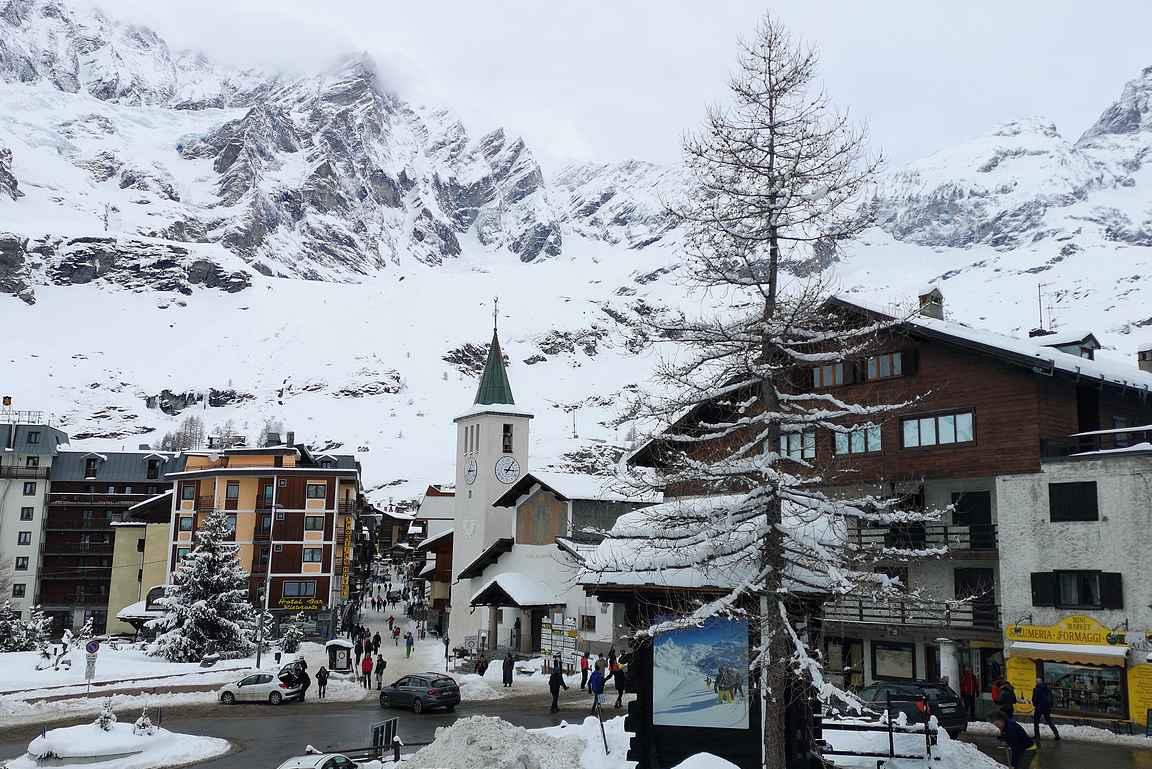 Breuil-Cervinia on pieni kylä, joka elää talvella laskettelun ympärillä.