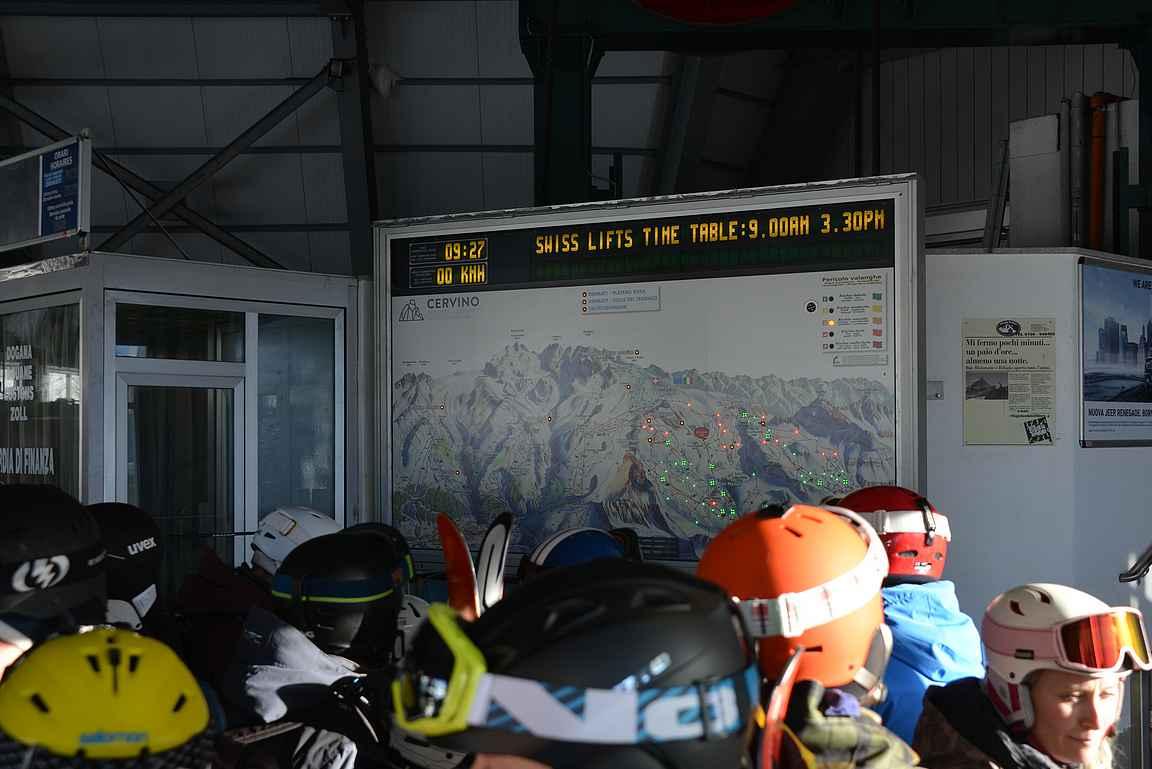 Opastaulut olivat selkeitä. Ylähissit edelleen kiinni, Sveitsin puolelle reitti suljettuna.