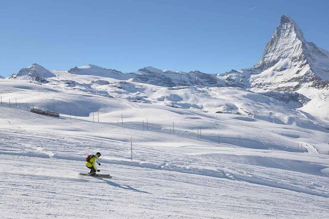 Harvoin laskettelija saa itsestään kuvan niin Matterhornin kuin paikallisjunan kanssa.