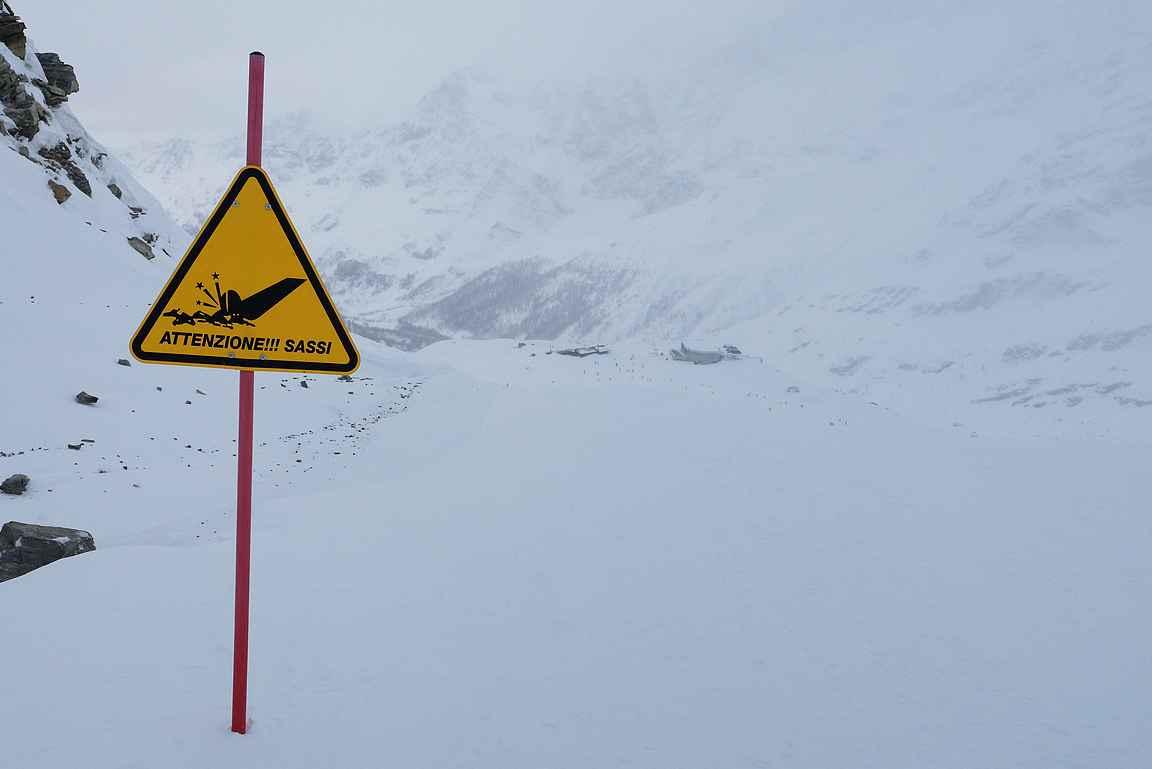 Varoitusmerkit kannattaa ottaa tosissaan. Rinne tippuu äkkijyrkästi, joten on hyvä hidastaa vauhtia. Muutama todella paha kaatuminen hurjien ilmalentojen jälkeen valitettavasti tuli nähtyä.