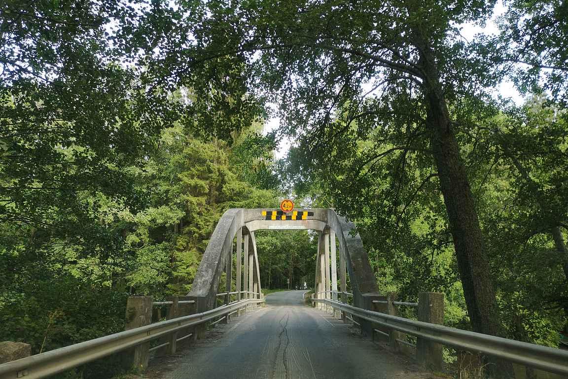 Saaren kansanpuistossa on upea vanha silta.