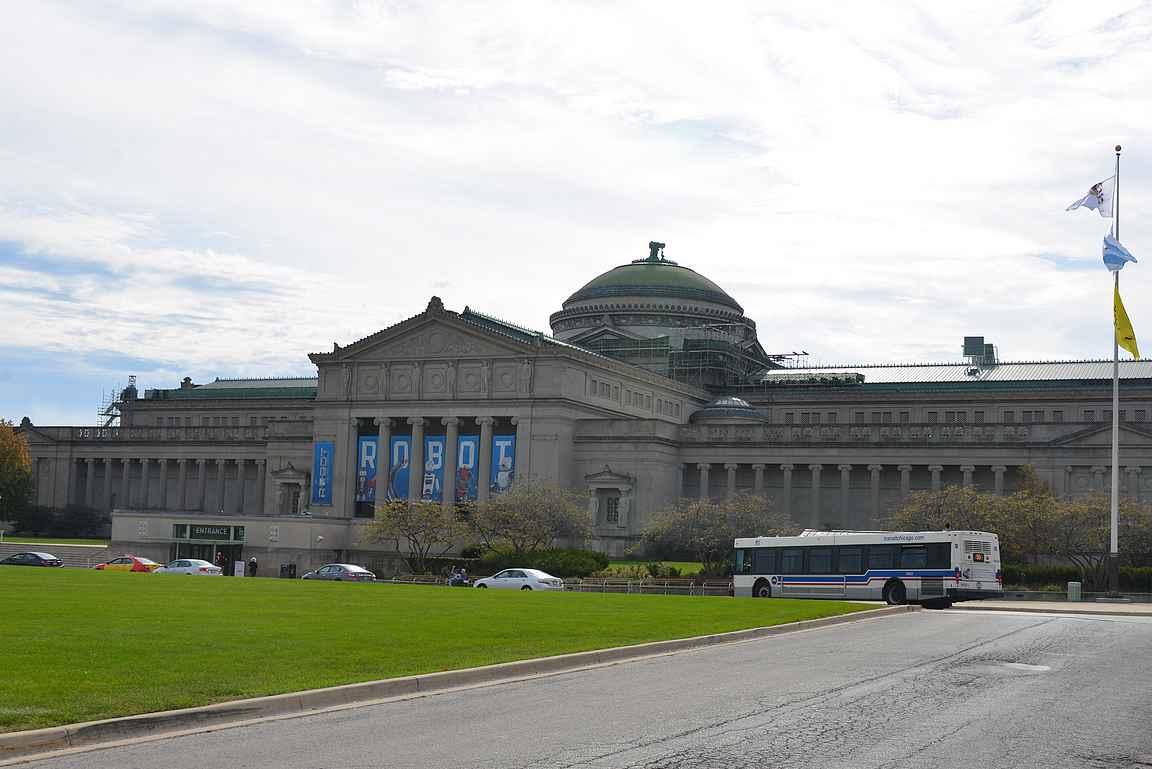 Chicago tiede- ja tekniikkamuseo on helposti saavutettavissa bussilla ydinkeskustasta.